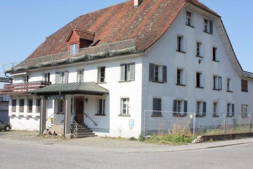 Anstelle des Gasthauses Kreuz sollen zwei Gebäude sowie zwei Tiefgaragen entstehen. VN/Knobel