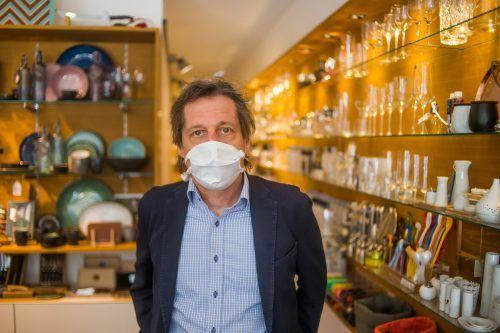 """Austria-Sportvorstand Bernd Bösch steht als Geschäftsinhaber von """"Bösch – Tisch&Küche"""" nunmehr ebenfalls mit einem Mundschutz im Laden.VN-Steurer"""