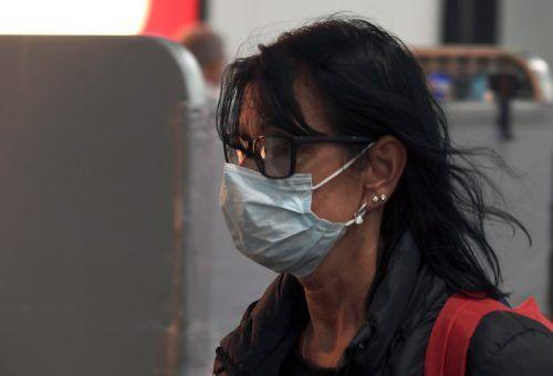 Bei Schutzmasken, die von den Betrügern zu überteuerten Preisen angeboten werden, ist besondere Aufmerksamkeit angesagt. Symbol: APA