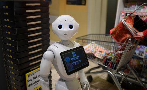 Der Roboter unterstützt die Mitarbeiter in einem Lebensmittelgeschäft. afp