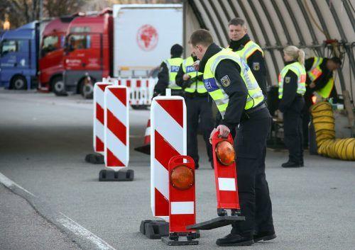 Deutsche Polizisten kontrollieren an der Grenze zu Österreich. reuters