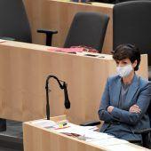 Abgeordnete zeigen trotz Gesichtsmaske Emotionen