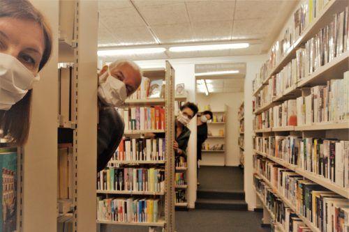 Die Mitarbeiter der Bibliothek organisieren einen Abholservice - mit gebührendem Abstand zu den Abholern. Gemeinde