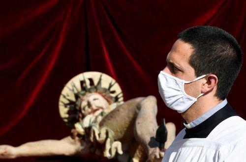 Die Regeln für das Öffnen von Kirchen stehen noch nicht fest - wird es eine Maskenpflicht für Priester geben? Reuters