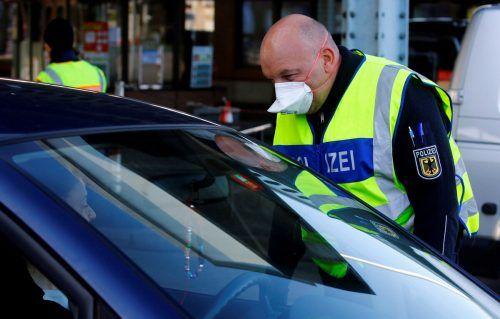 Ein deutscher Polizist kontrolliert eine Autofahrerin. Die Einreise in das Land ist fast nicht mehr möglich. Niederländer oder Belgier haben es einfacher. reuters