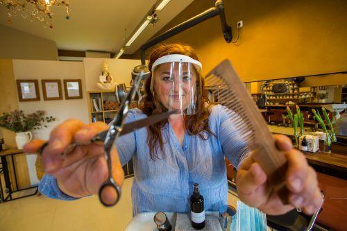 Friseurin Angelika Stark freut sich, ihre Kunden wieder begrüßen zu können - auch mit Visier und Mund-Nasenschutz. VN/Steurer