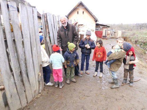 Pater Georg Sporschill mit Kindern in Siebenbürgen.