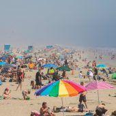 Tausende gehen in Kalifornien trotz Corona an den Strand