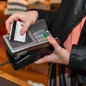 Plastikgeld läuft im Handel dem Bargeld den Rang ab