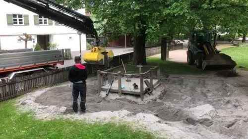 In Altach wurden bereits am Dienstag die Sandplätze vom Bauhof befüllt.Gemeinde