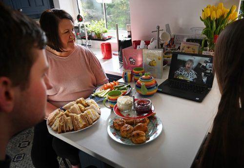 In Zeiten von Social Distancing können Familien mittels Video-Chat miteinander in Kontakt bleiben.