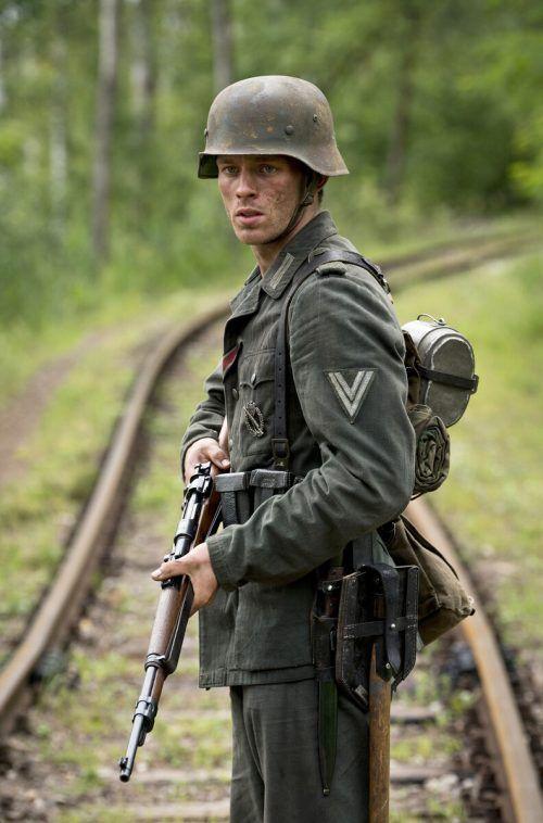 """Jannis Niewöhner spielt in dem ARD-Drama """"Der Überläufer"""" einen Wehrmachtsdeserteur. NDR/Dreamtool Entertainment"""