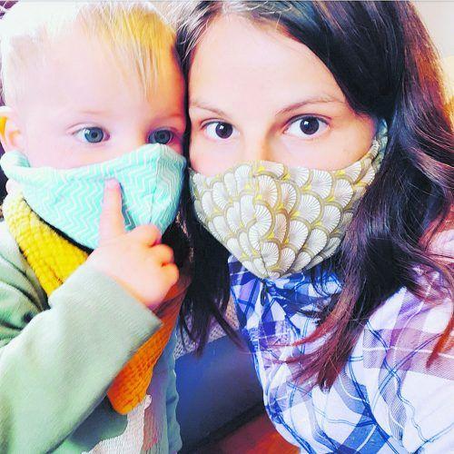 Jessica Frank mit Sohn Jonathan aus Wald am Arlberg mit selbstgenähten Masken.