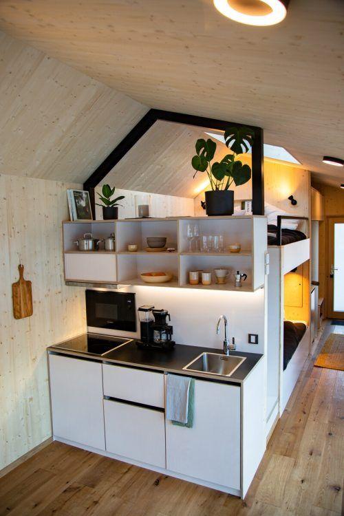 Küchenzeile und Doppelbett samt Panoramafenster. Cabinsik