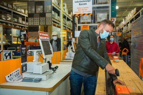 Kunden scannen beim Hornbach den Preis der erworbenen Waren selbst ein.