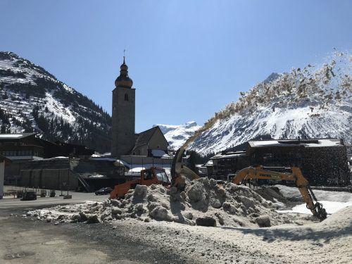 Laufende Bauarbeiten für ein neues Gemeindezentrum in Lech sorgen nach wie vor für Debatten. Gemeinde