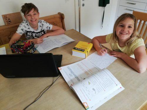 Max und Paulina Moser erledigen ihre Schulaufgaben nun in Krisenzeiten von zu Hause aus. str