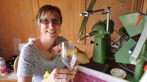 Daniela Bickel hat sich der Gravur von Glasprodukten verschrieben. Dabei begeistert sie insbesondere deren Vielseitigkeit. BI