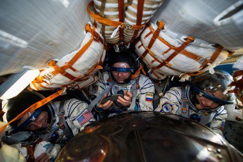 Zusammengepfercht auf dem Weg zur ISS und zurück sind Andrew Morgan, Jessica Meir und Oleg Skripochka in einer Sojus MS-15-Kapsel. Roscosmos