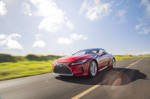 Neues Modelljahr: Am Design des Lexus LC gab es nichts zu verbessern. Technisch aber offenbar schon. Der Fokus lag dabei auf der Schärfung des dynamischen Fahrerlebnisses. Dafür sind unter anderem Optimierungen beim Fahrwerk verantwortlich. Änderungen der elektronischen Dämpferkontrolle sowie Versteifungen sollen zugleich ein dynamischeres wie komfortableres Fahrverhalten vermitteln.