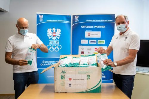 ÖOC-Präsident Karl Stoss (links) und Generalsekretär Peter Mennel nahmen die Ware in Empfang.gepa