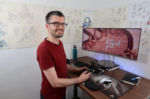 Sebastian Rangger mit seinem neuen Game im Hintergrund. rangger