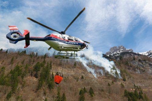 So weit soll es nicht kommen: Großer Waldbrand oberhalb der Bahnlinie in Braz im April im Jahr 2018. vn/hb