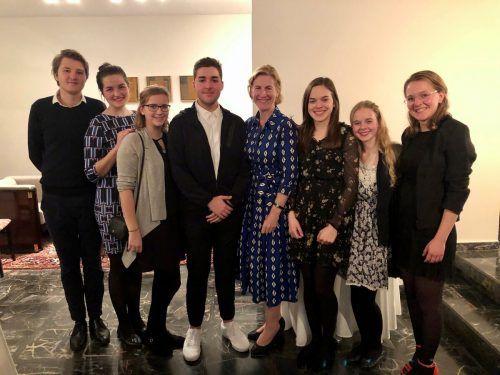 SozialdienerInnen beim Treffen mit Botschafterin Hannah Liko.