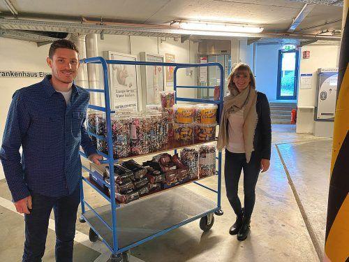 Süßigkeiten für das LKH Bregenz überbrachte Kévin Estre mit Frau Caro.