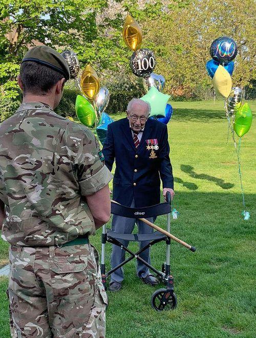 Tom Moore hat 100 Runden mit dem Rollator durch seinen Garten geschafft und so fast 14 Millionen Pfund (knapp 16 Millionen Euro) an Spenden gesammelt. AFP