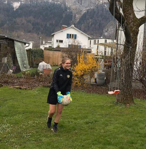 Torfrau Lena Winkler macht im heimischen Garten auch Übungen mit dem Ball.