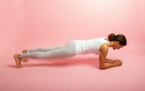 Unterstützarm. Diese Übung ist ideal für die Bauch- und Rückenmuskulatur. Der Bauchnabel zieht in Richtung Wirbelsäule, wir versuchen gleichmäßig weiter zu atmen. Der Rumpf bleibt stabil.Versuche ca. 30 bis 60 Sekunden zu halten, dann eine kurze Pause, die Übung zwei- bis dreimal wiederholen. Fortgeschrittene können jeweils abwechselnd ein Bein drei Zentimeter vom Boden abheben.