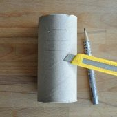 Hier flitzt das Papierrollen-Rennauto