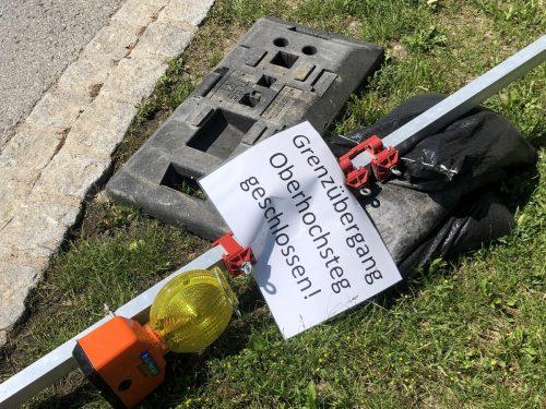 Alle technischen Sperren, wie hier am Grenzübergang Oberhochsteg in Hörbranz, werden abgebaut. Das Schild lag am Sonntag bereits auf dem Boden. VN/Paulitsch