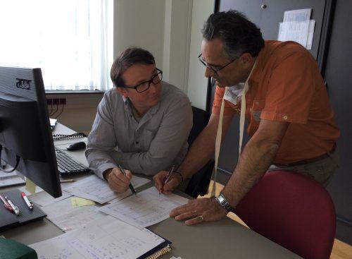 Andreas Burtscher (l.) und Gerald Fenkart tüfteln am neuen Stundenplan. VN/JS