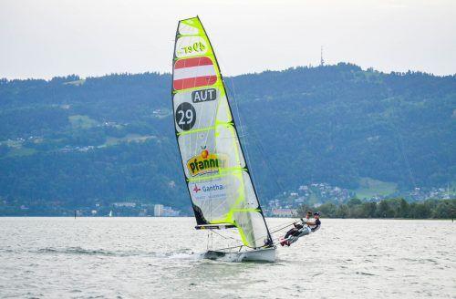 """Auf der Strecke den Rheindamm entlang Richtung Bregenz und zurück """"schießen"""" derzeit die Olympiastarter Benjamin Bildstein (hinten) und David Hussl im 49er.Privat"""