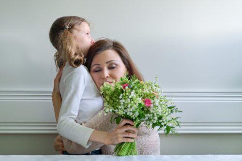 Blumen sind gerade in Zeiten wie diesen Nahrung für die Seele. Zu Muttertag kommen sie besonders gut an. Shutterstock