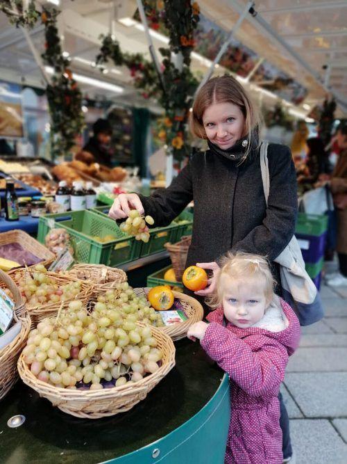 Christine Balko mit Töchterchen Chiara auf dem Dornbirner Wochenmarkt.