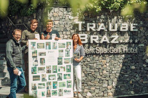Christoph, Matthias, Laurin und Marianne Lorünser (v. l.) mit dem Dankeplakat und -büchlein der Gasthaus-Traube-Belegschaft. Meznar
