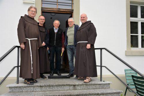 Das Franziskanerkloster wacht wieder auf: Auch Klostervater Elmar Mayer und Armin Gstir (Mitte) schauen wieder nach dem Rechten. eh