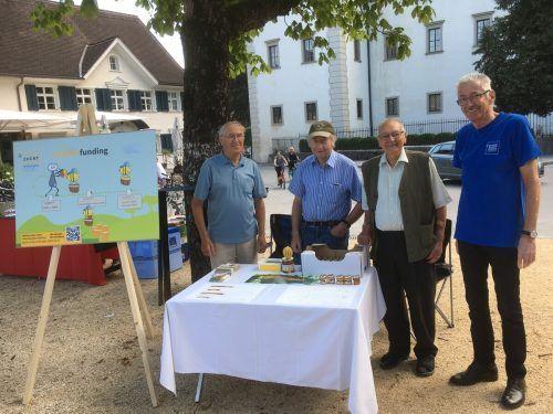 Das Team des Bienenzuchtvereins Hohenems bewarb beim Wochenmarkt das neue Bienenhaus. mima