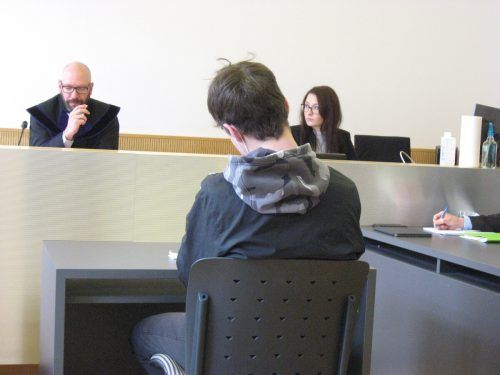 Der 19-Jährige hielt sich am Dienstag vor Gericht bedeckt. EC