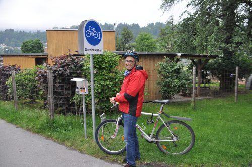 Der e5-Verantwortliche Thüringens, Otto Rinner, vor der neuen Fahrrad-Servicestation in Thüringen. hab