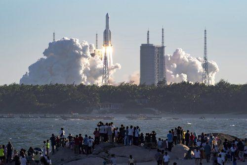 Die 53 Meter hohe Rakete hob am Dienstag erfolgreich in Wenchang ab. ap