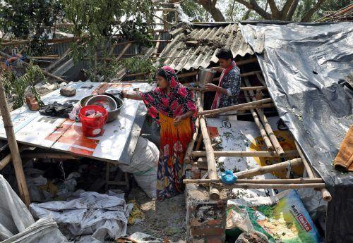 Die Bewohner kehren zurück und beginnen mit dem Aufräumen. Reuters
