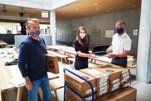 Die Geräte wurden im Beisein von Bürgermeister Markus Linhart, Direktor Bruno Jagg (l.) und Lehrerin Christina Meusburger in der Schule Schendlingen übergeben.