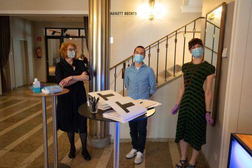 Die Ideen sind da, die Voraussetzungen fehlen noch: Intendantin Stephanie Gräve mit zwei Mitarbeitern des Landestheaters. VN/KH