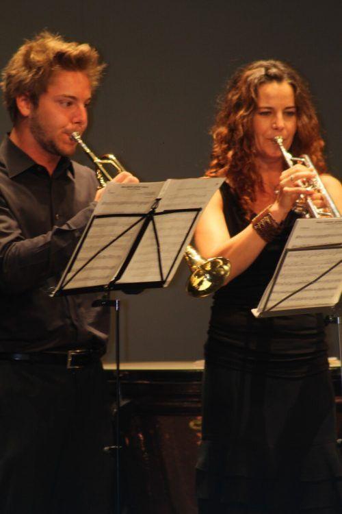 Die Lehrerinnen und Lehrer der Musikschule möchten musikalische Grüße vermitteln.