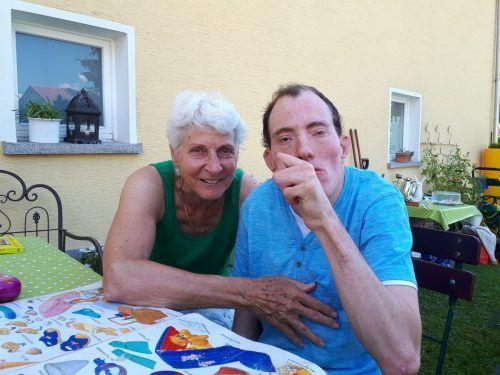 Die Pandemie unterbrach die traute Zweisamkeit zwischen Margit und ihrem Sohn Oliver jäh. Hier ein Bild aus unbeschwerteren Tagen.VN/Kum