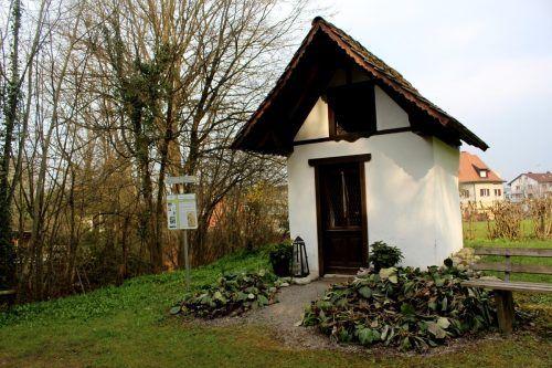 """Die Rochus-Kapelle im Kugelbeer liegt auch am """"Lochauer Schwedenweg"""". Eine Schautafel informiert. bms"""